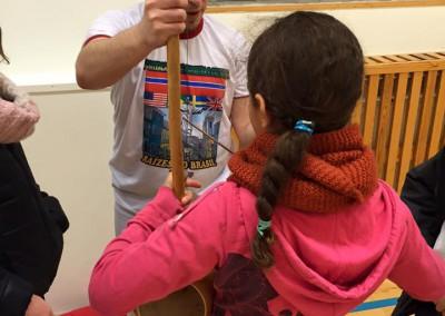 Barna får prøve berimbau for første gang januar 2016